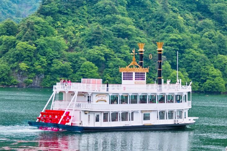 奥只見湖遊覧船のアナスタシア号。300人乗りの大型外輪船です。「レルヒさんの一日船長」と「こども船長」はこの船で行われます。