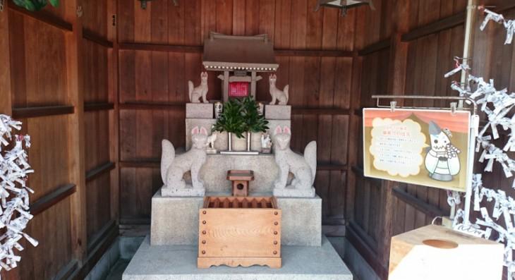 神社内にはお狐様が祭られています。