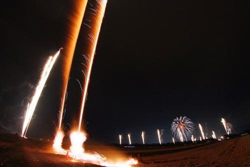 河岸段丘を舞台に、列になって長~く続く花火が見どころ。(写真提供:河岸段丘花火実行委員会)
