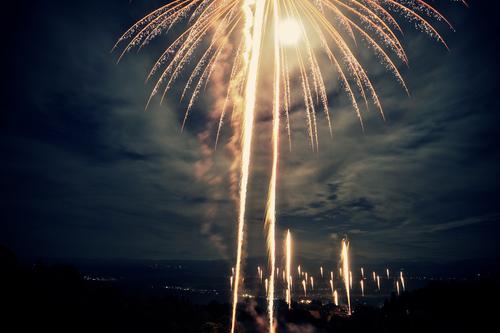 点火は講習を受けた打ち上げ参加者が臨時の花火師となって行うので「毎年緊張の一瞬です」とは実行委員会の方。