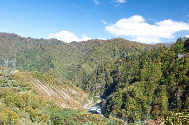 見下ろす渓谷の景色も雄大です。ちょっと木々も色づいてきてますね。