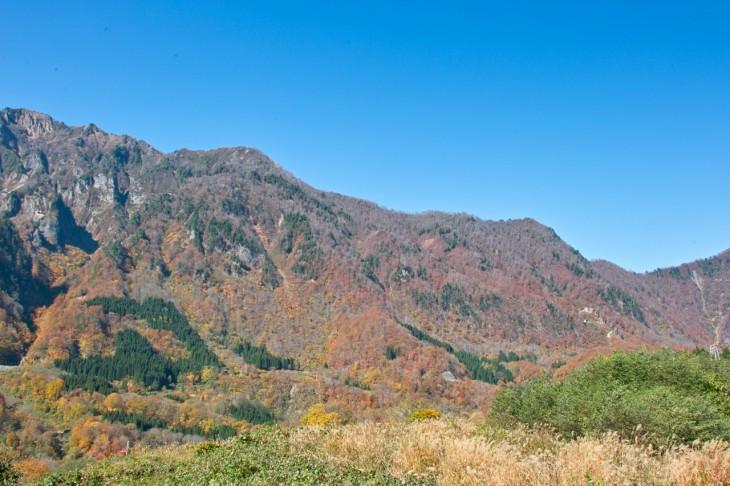 栄村の国道405号線から、屋敷山や鳥甲山方面を見た様子だと思います。正直、スケールが大きすぎて、写真でお伝えできないのが残念!