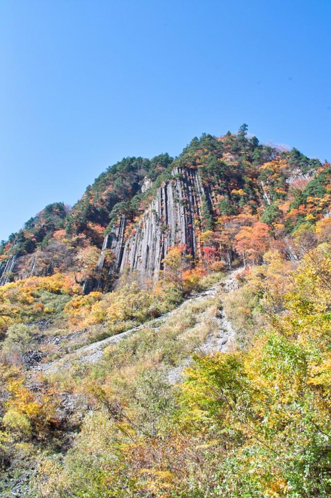 たぶん屋敷山の一部ではないかと思うのですが(間違ってたらごめんなさい!)、こんな岩肌と紅葉のコラボも見れました。間近で見るとすっごく大きいです。