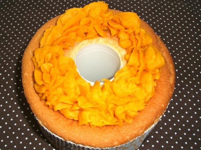 「こいしや」の「バターナッツかぼちゃのシフォンケーキ」1ホール600円。バターナッツかぼちゃのペーストを主体に、オレンジ色の部分にバター、卵、砂糖を練り込んだもの。色鮮やかでコクのある味わい。
