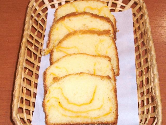 「カフェ&ベーカリー・ティアラ」の「バターナッツかぼちゃのパウンドケーキ」1個(1カット)100円。クリームを流し込み焼き上がりふんわり。かぼちゃの風味が加わって、優しい味わい。