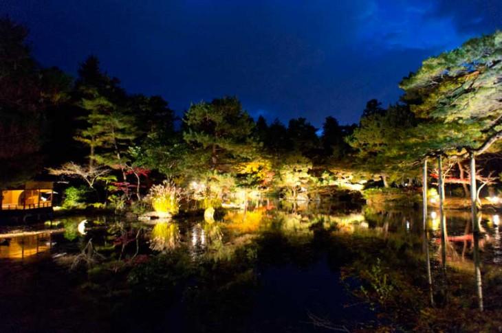 書院の縁側付近から撮った風景です。池に映る紅葉が美しい~。まさに日本の美ですね!