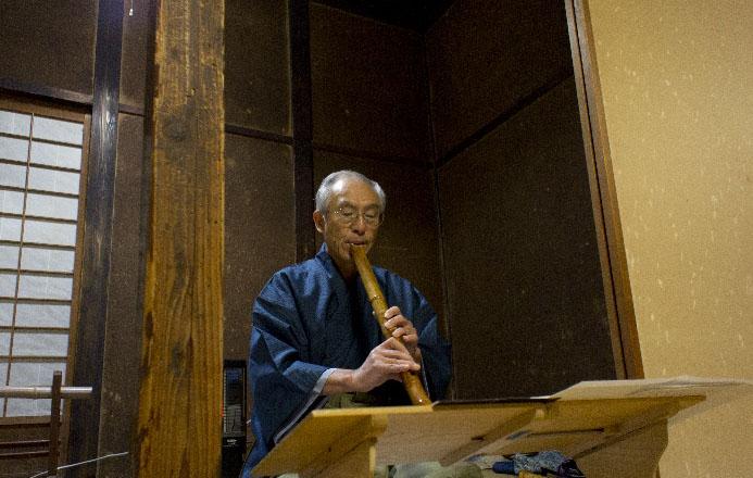 書院内では新発田市にお住まいの若木さんによる尺八の演奏&体験も行われていました。