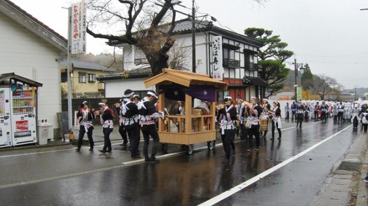 行列の先頭では、ホラ貝のほか、笛や太鼓のお囃子が先導します。