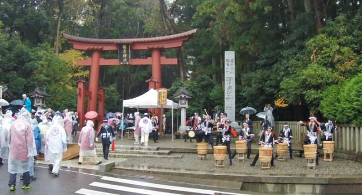 神社の通り前では祝いの大鼓が迎えます。