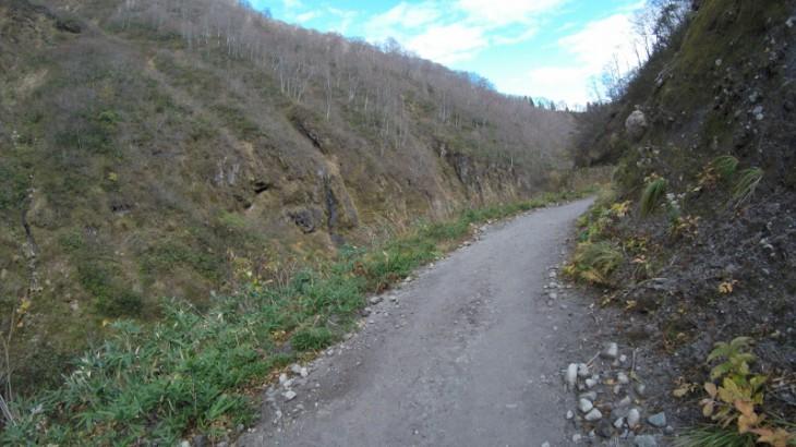 温泉街から「河原の湯」までは、こんな渓谷沿いの道を進みます。