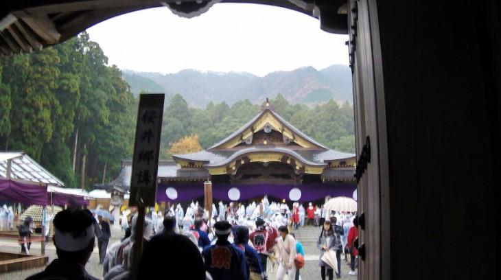 いよいよ彌彦神社の本殿に到着です。行列が始まってから、ここまで2時間弱でした。