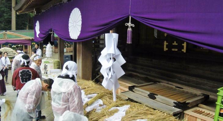 参加者が初穂をお供えして、神職による祈祷が始まります。