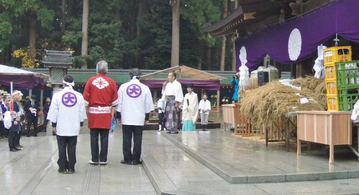 宮司の永田忠興さんより、参加者への感謝のお言葉です。この頃には雨も上がり、空も徐々に晴れてきていました。無事に初穂が届けられ、彌彦神社のご祭神・天香山命(あまのかぐやまのみこと)もお喜びのことでしょう。