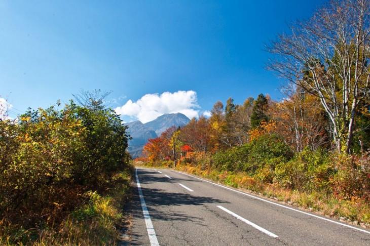 これは関温泉、燕温泉に向かう道です。まだまだ紅葉がきれいですね~。