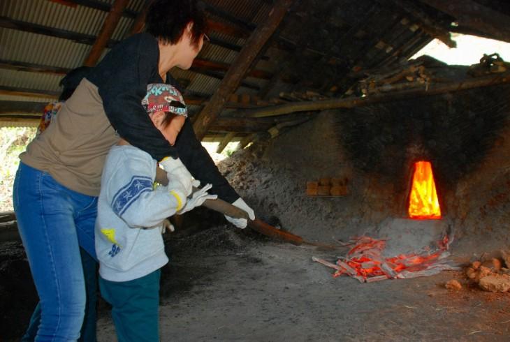 炭焼き体験(写真提供:加茂市商工観光課)