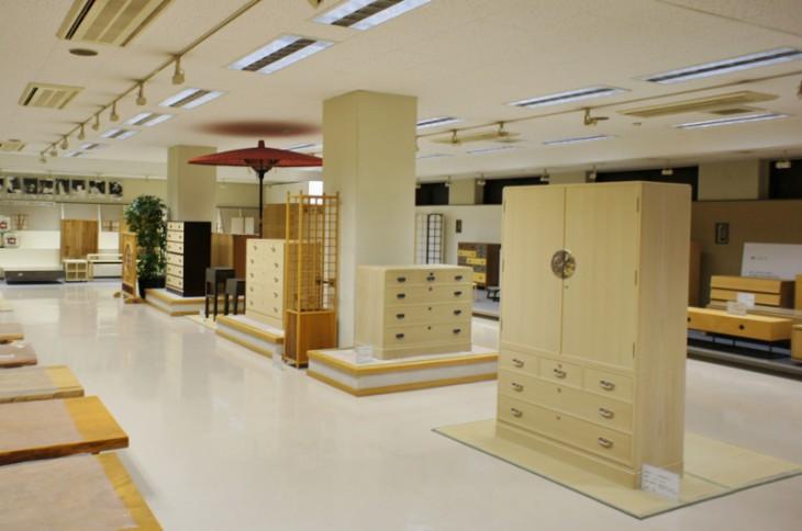 場内には、たくさんの桐簞笥、家具が並んでいます。