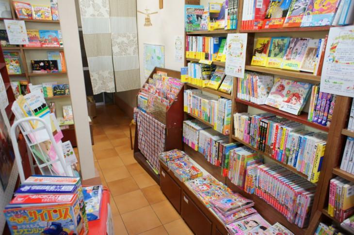 ここからが皆さんが悩むところだそうで、児童書などの中から、プレゼントする一冊を選びます。たくさんの本があるので悩みますね・・・。金額は800円~1,500円が目安とのことです。