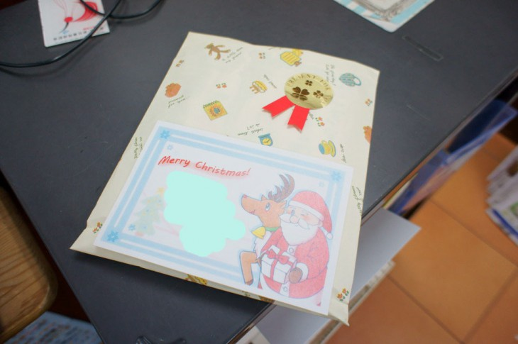 一冊選ぶと、このようにキレイにラッピングしてもらえます。送る側からカードに匿名のメッセージを書き込みます(写真ではメッセージを消してあります)。