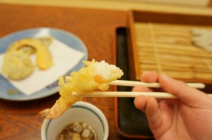 サクッ、ホクッ、天ぷらのエビも大ぶりです。野菜などは、なるべく地元のものを使用しているそうです。