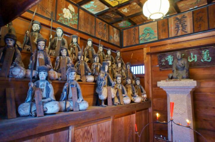 堂内には四十七士の木像が並びます。大変古い物で、明治~大正に活躍した浪曲師・桃中軒雲右衛門より贈られたものです。