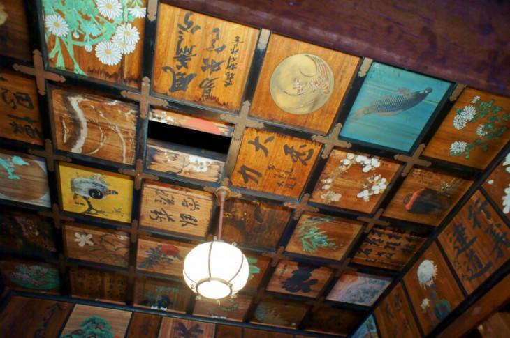 お堂の天井には、會津八一や相馬御風などが描いた、60枚の書画がはめられています。これだけでも、見ごたえがあります。