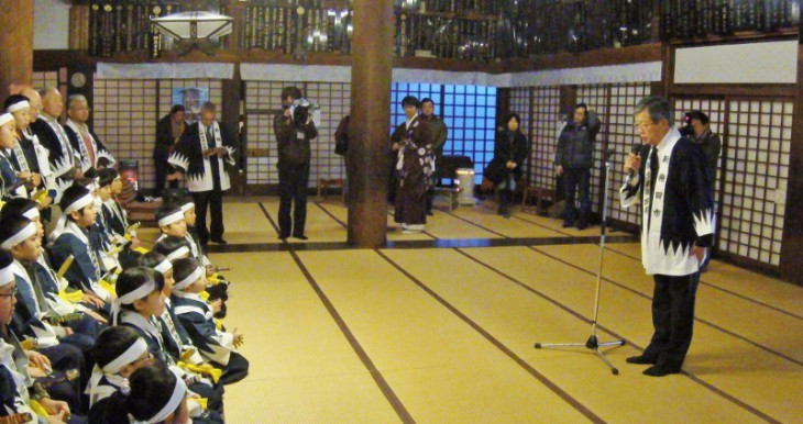 本堂に集合した、少年少女剣士と下妻勇副市長です。