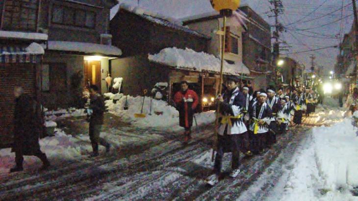 雪の降る、新発田の町をパレードが進みます。沿道の観客からは、「頑張れ」の声とともに拍手も。