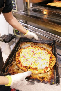 オープンスタイルの工房で焼き上げたパンが、随時店頭に並びます。