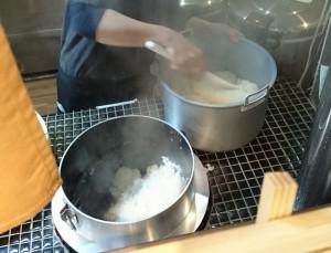 これが羽釜です。炊きたてご飯のいい香りがしてきて、う~ん、もっと食べたくなってきましたね!