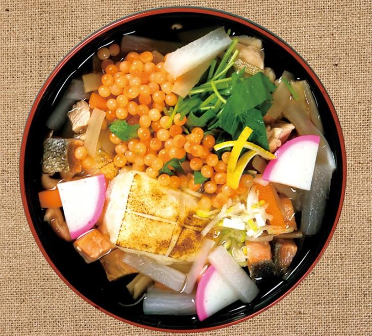 こちらが「新発田雑煮」です。具がいっぱいです。(写真提供:新発田商工会議所青年部事務局)