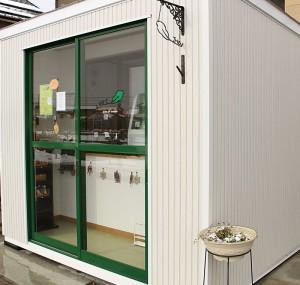 店名の「vert(ヴェール)」はフランス語で緑。外観にも緑を配し、爽やかな印象です。