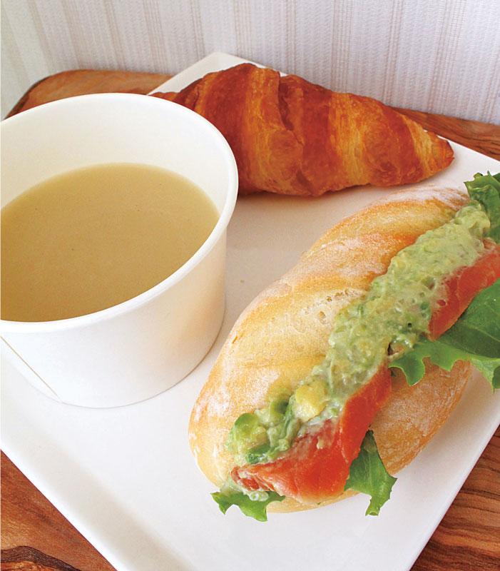 写真の日替わりスープは、優しい味わいの玉ねぎのスープです。