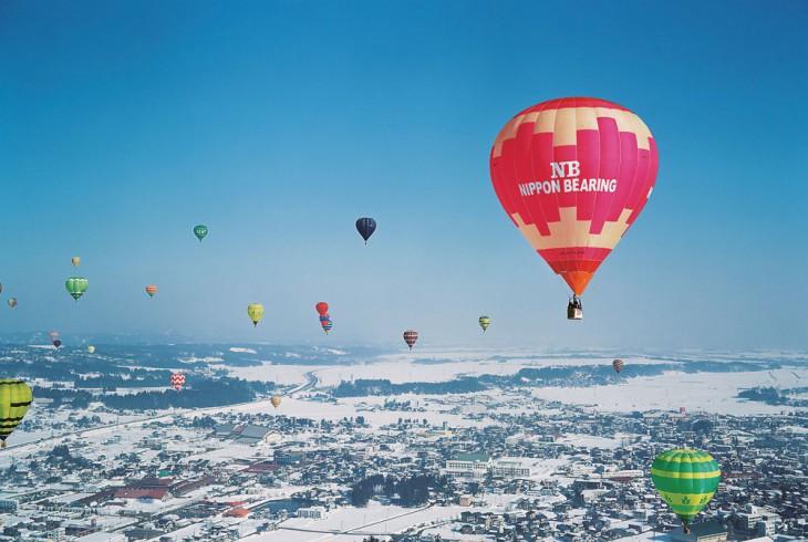 冬の小千谷を舞台に、色とりどりの気球が空に浮かびます。 写真提供:小千谷観光協会