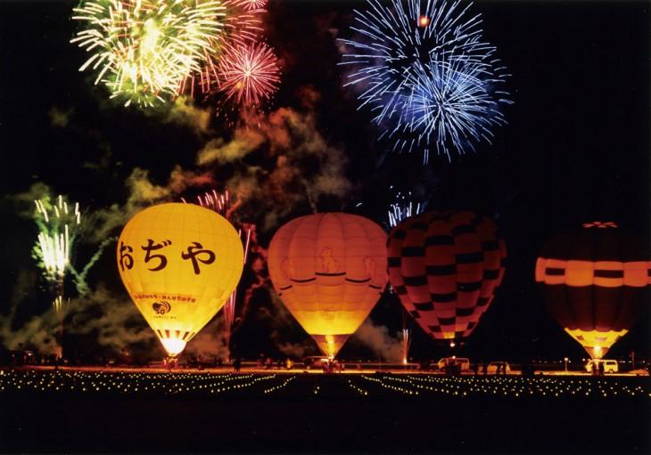 美しい光の演出が見どころの「グローバルーンフェスティバル」を夜開催。 写真提供:小千谷観光協会