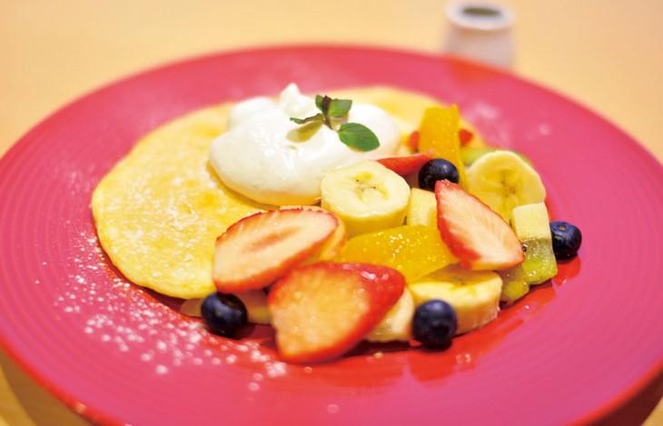 果物たっぷり黒蜜ソースのスイーツパンケーキ1,180円はフルーツの程よい酸味と黒蜜の優しい甘さが絶妙。
