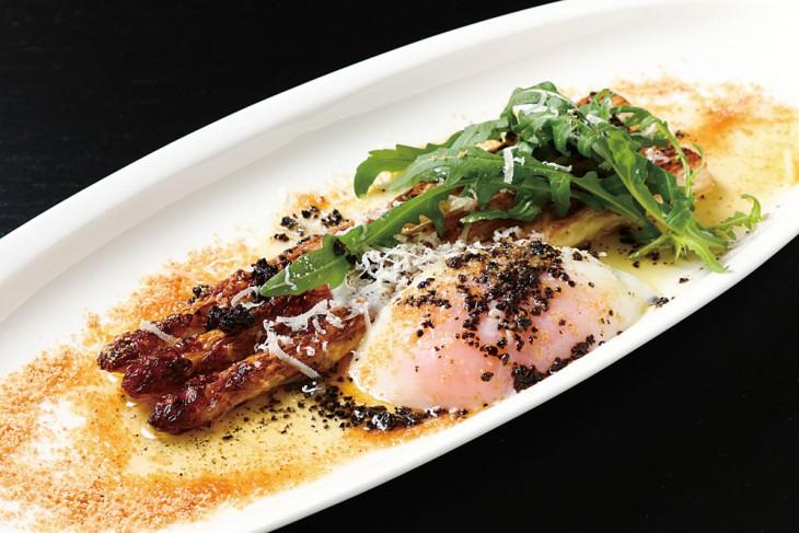 福島産白アスパラのカルボナーラ仕立て1,620円。粉末にしたベーコンと温泉卵など、構成要素はカルボナーラのよう。