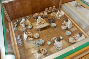 縄文時代のヒスイ加工の様子を紹介したジオラマなんかもあります。こんな風に作っていたんですね~。