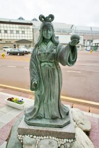 これが駅前にある奴奈川姫像です。