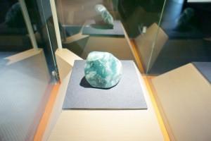 フォッサマグナミュージアムの第1展示室です。美しいヒスイの巨大な原石など、見ごたえがあります。