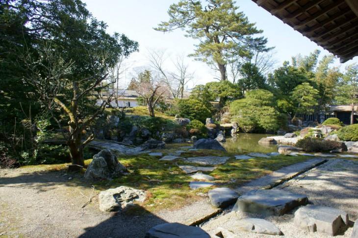 大座敷から見た庭園。回遊式庭園には、紀州・小豆島などの石材が多く使われ、国の名所指定を受けています。