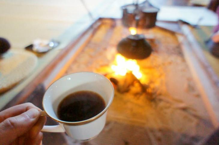 特注の石臼で豆をひいたコーヒーは1杯500円。希望すればいろり端で飲むこともできます。香り高くておいしかったです。