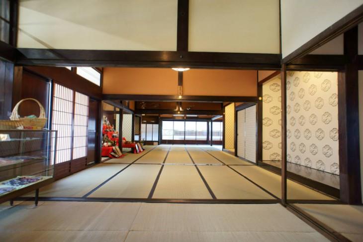 玄関から続く大座敷の眺め。壁なども美しく修復されました。