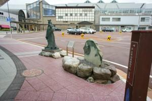 ちなみに、糸魚川駅前には、伝説の美女・奴奈川姫の銅像もあります。手を握って願い事をするとかなうとか?