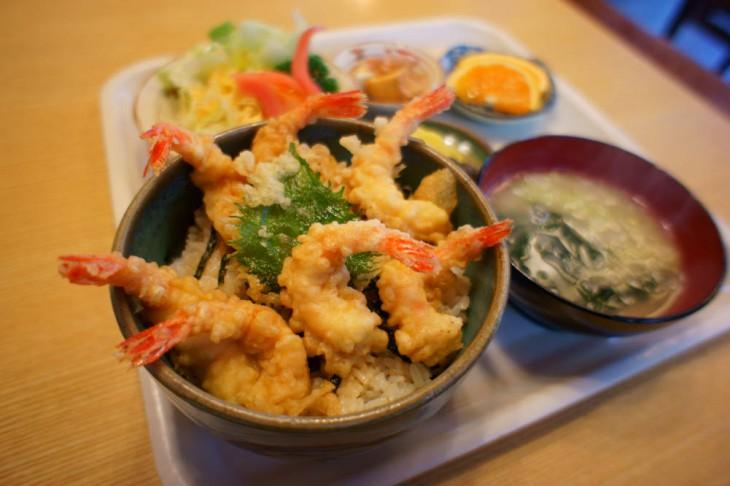 じゃ~ん! これが「南蛮えび天丼」です。みそ汁、漬物、サラダ、フルーツまでついて850円は安いと思います。それではさっそくいただきます!