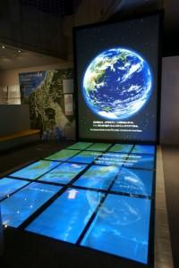 フォッサマグナの成り立ちを解説する「第3展示室」です。200インチモニターによる大迫力の映像が見どころです。