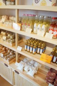 店内には発酵・醸造食品や調味料、干し魚などが並びます。