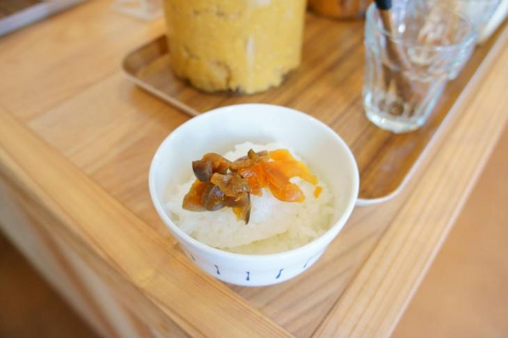 まずは普通にご飯と漬物です。うん、おいしい! 沼垂のお漬け物がいい味。コシヒカリの香りも引き立つ印象でした。