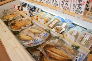 こちらは干し魚やお総菜です。