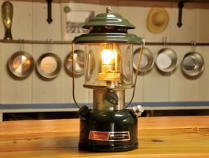 ランタンに電球を取り付け、インテリアとして使えるようにするカスタマイズも。