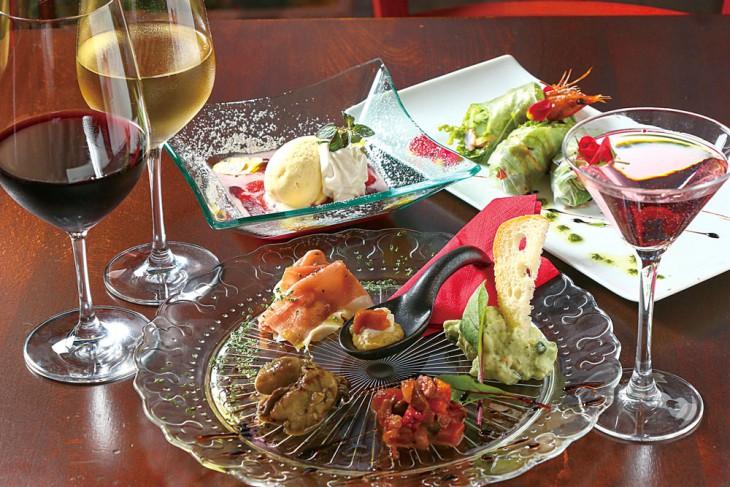 天使の海老とアスパラの生春巻き907円、前菜盛り合わせ1,296円ほか。コースは飲み放題付き4,000円から。